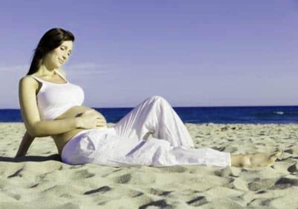 Беременная загорает